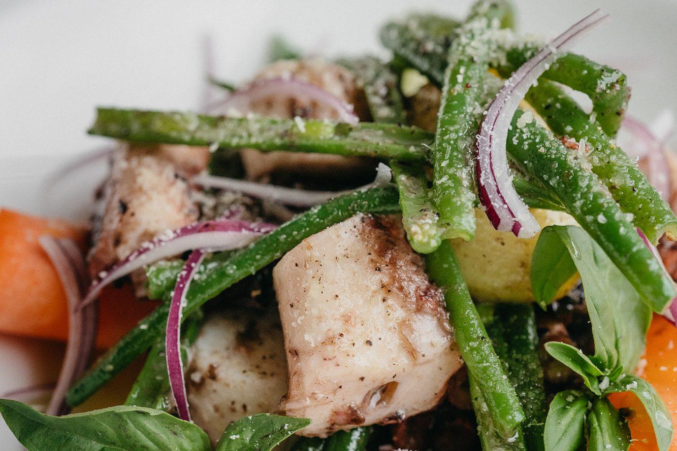 Теплый салат с осьминогом и кенийской фасолью